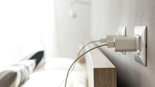 Cargadores de móvil conectados a un enchufe