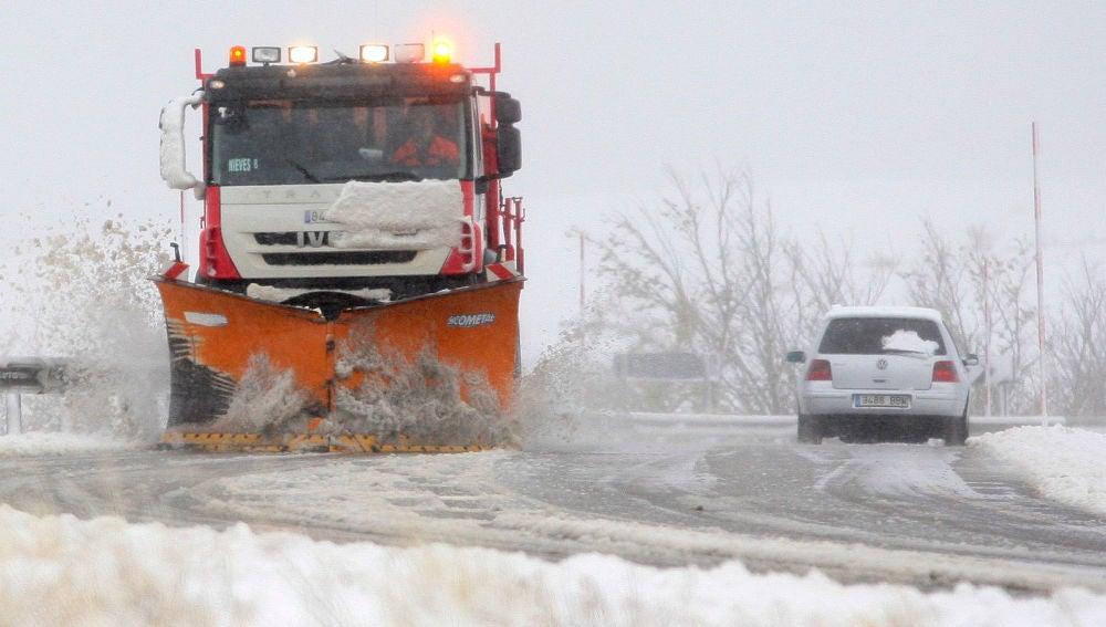 Una máquina quitanieves despeja una carretera durante un temporal de nieve en Castilla y León