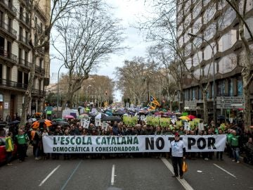 Cabecera de la manifestación convocada por la plataforma Som Escola, y el sindicato mayoritario USTEC
