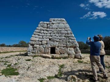 Monumento histórico lleno de pintadas en Menorca