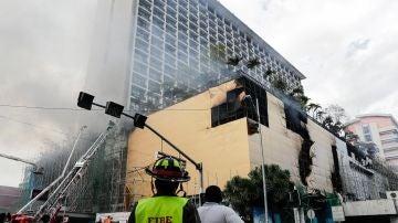 Un bombero en el incendio de un hotel en Manila