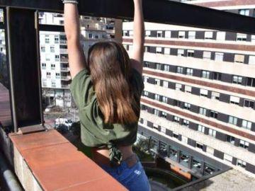 Niña encaramada a una cornisa en Barcelona para hacerse un 'selfie'