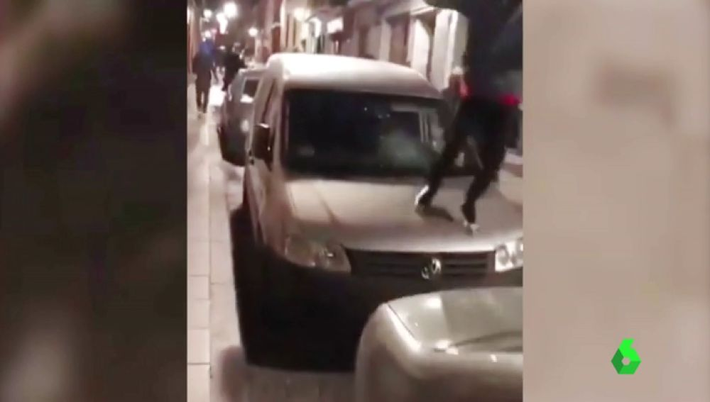 La Policía Nacional investiga la identidad de dos personas que destrozaron varios vehículos en Lavapiés