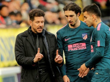 Simeone charla con Correa y con Vrsaljko