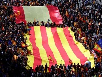 Varios miles de personas participan este mediodía en la manifestación que Societat Civil Catalana