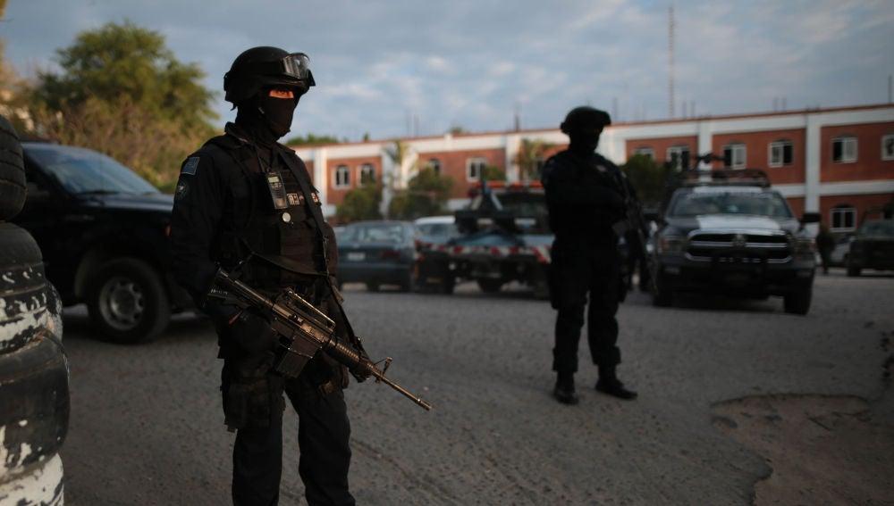 Miembros de la Policía Federal patrullan las calles en México