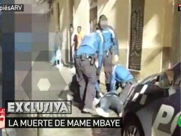 Las imágenes que demuestran que los policías sí intentaron salvar la vida de Mame Mbaye, el mantero senegalés muerto en Lavapiés