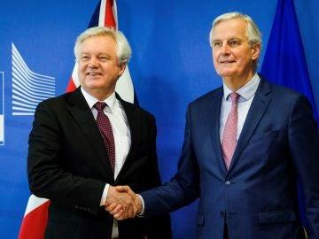 El jefe negociador de la Unión Europea (UE) para el 'Brexit', Michel Barnier, saluda al ministro para la salida del Reino Unido de la UE, David Davis