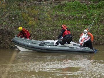 Bomberos durante las labores de búsqueda en el arroyo donde desapareció el Guardia Civil