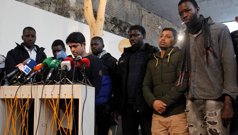 Los asistentes a la rueda de prensa del Sindicato de Manteros y Lateros de Madrid y la Asociación de Sin Papeles