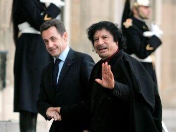 El entonces presidente francés, Nicolas Sarkozy y el líder libio Muamar Gadafi durante un encuentro