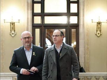 El diputado de Junts per Catalunya, Jordi Turull, junto al portavoz del grupo parlamentario, Eduard Pujol, en las escaleras del Parlament