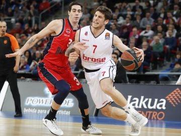 Aleksej Nikolic y el base argentino Luca Vildoza, en acción en el Buesa Arena