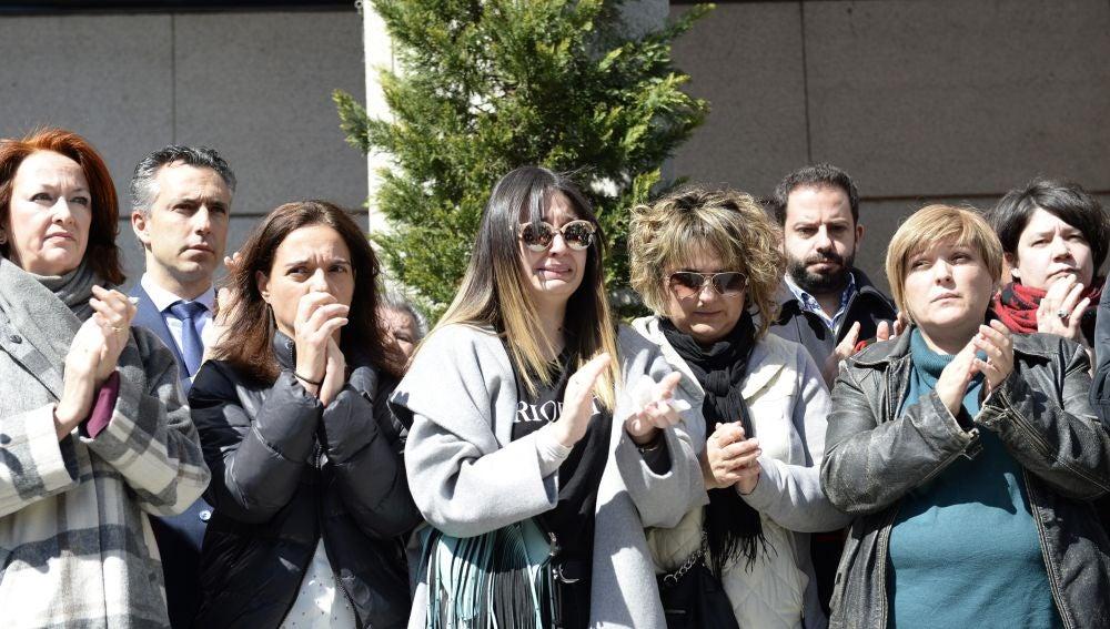 La alcaldesa del Ayuntamiento de Gatafe, Sara Hernández, junto a familiares directos de la familia