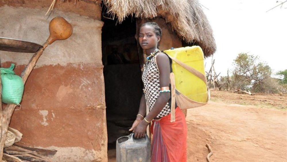 Dawele, que a sus 14 años camina ocho horas al día para ir a buscar agua
