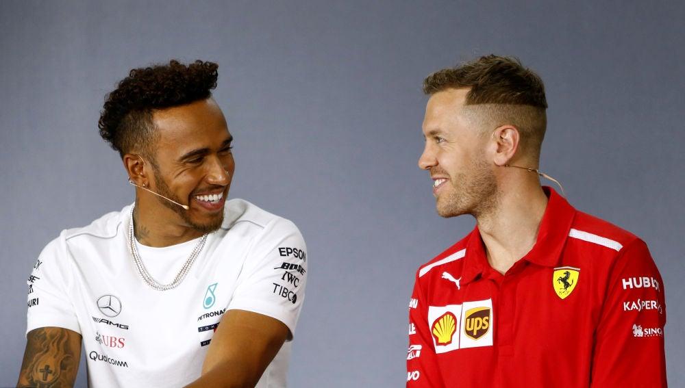 Hamilton y Vettel bromean durante la rueda de prensa