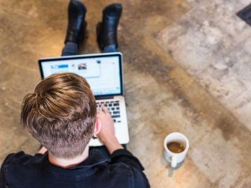 Un usuario con el ordenador