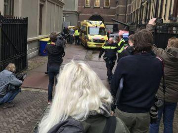 Los servicios de Emergencia traslada al presunto suicida en ambulancia