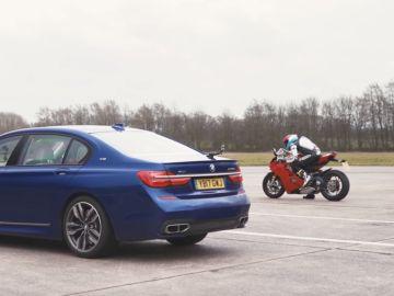 ¿Qué acelera más rápido, el BMW más potente del mercado o una Ducati con 214 CV?
