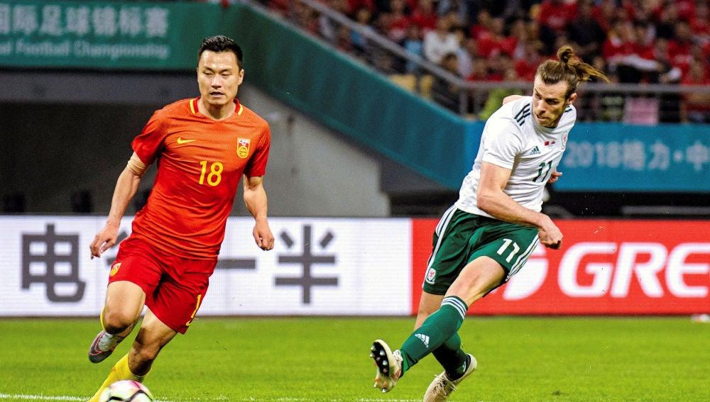 Bale marca uno de sus tres goles contra China
