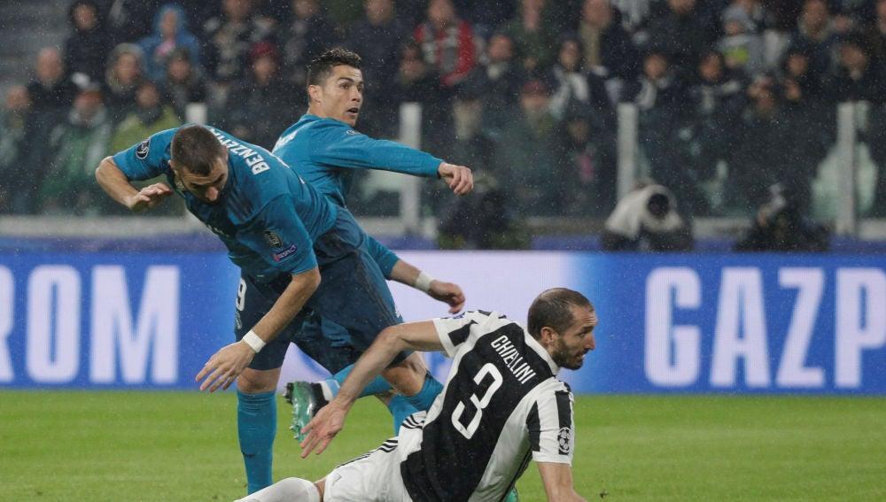 Cristiano Ronaldo remata ante Chiellini para hacer el 0-1 en el Juventus Stadium