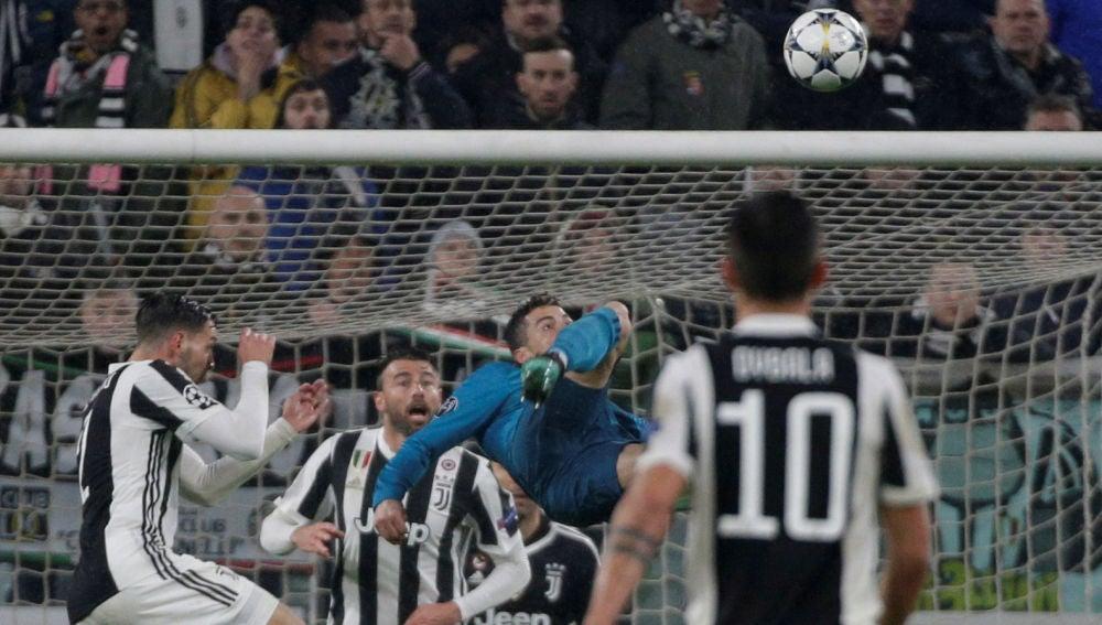 Cristiano Ronaldo marca de chilena ante Buffon