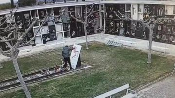 Pintan una esvástica en el monumento a las víctimas de Mauthausen
