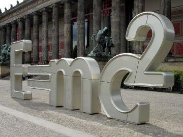 Imagen de la ecuación que simplifica la teoría de la relatividad, en Berlín