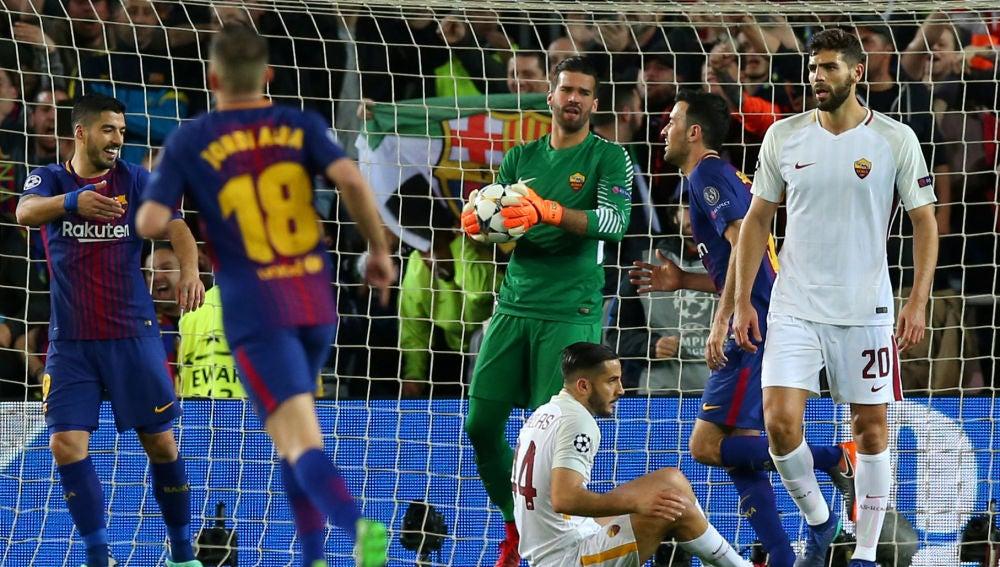 Los jugadores del Barcelona celebran un gol ante Alisson