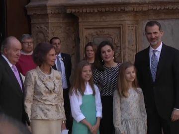 La otra imagen que muestra la tensión en el posado oficial tras el 'rifirrafe' entre Letizia y la reina Sofía
