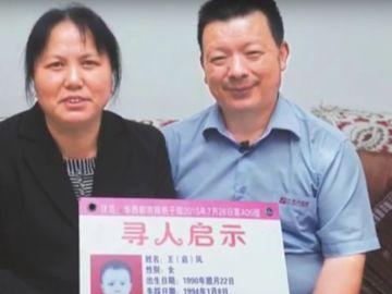 Padres portando un panfleto de su hija desaparecida