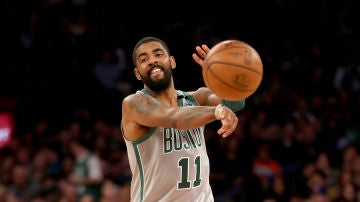Irving pasa el balón durante un partido