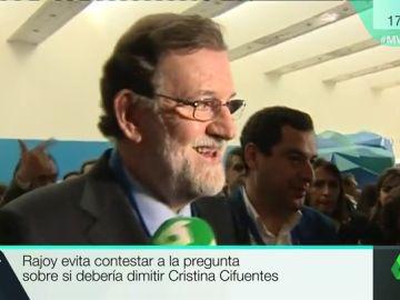 Rajoy evita con una carcajada pronunciarse sobre si Cifuentes debería dimitir por la polémica con su máster