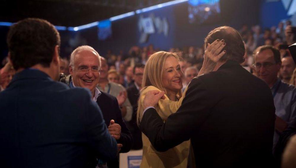 Mariano Rajoy saluda a Cristina Cifuentes en la convención nacional del PP
