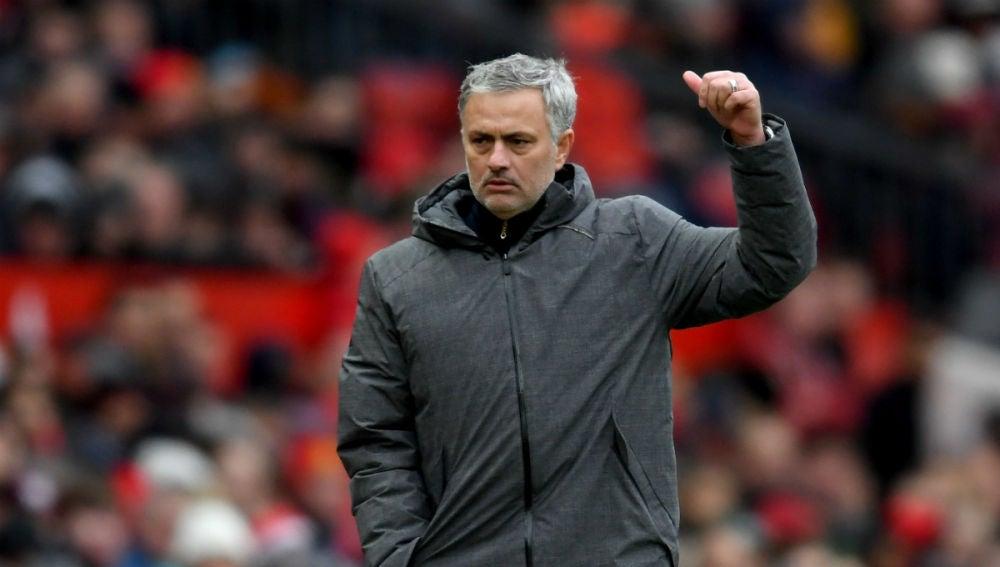 Mourinho, con gesto de aprobación