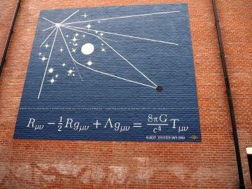 un grafiti con una de las ecuaciones de campo de Albert Einstein en la fachada de un edificio en Leiden