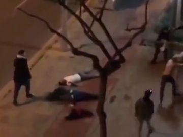 Una brutal batalla campal en Cornellà deja tres jóvenes heridos graves