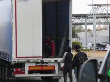 Omar dentro de un camión