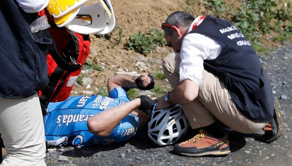 El ciclista belga, atendido por los servicios médicos