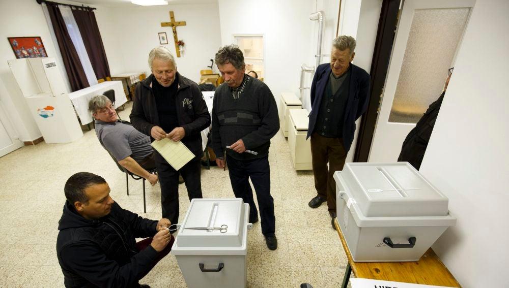 Uno de los colegios electorales en Hungría