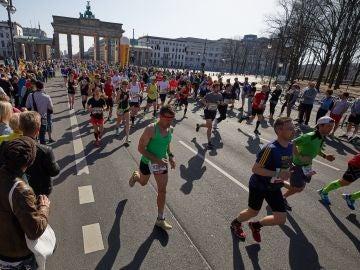 Corredores participando en la media maratón de Berlín de 2018