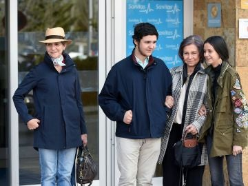 La reina emérita Sofía, junto a sus nietos Felipe Juan Froilán y Victoria Federica, y la infanta Elena