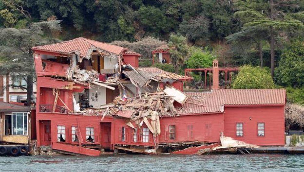 La mansión histórica destrozada por el petrolero