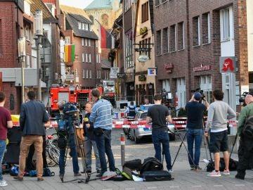 Periodistas, junto al cordón policial en una calle en el centro de Münster