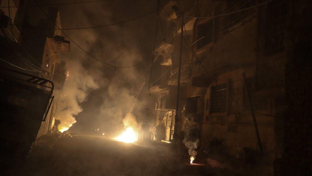 Vista de edificios destruidos después de presuntos ataques aéreos en Duma (Siria)