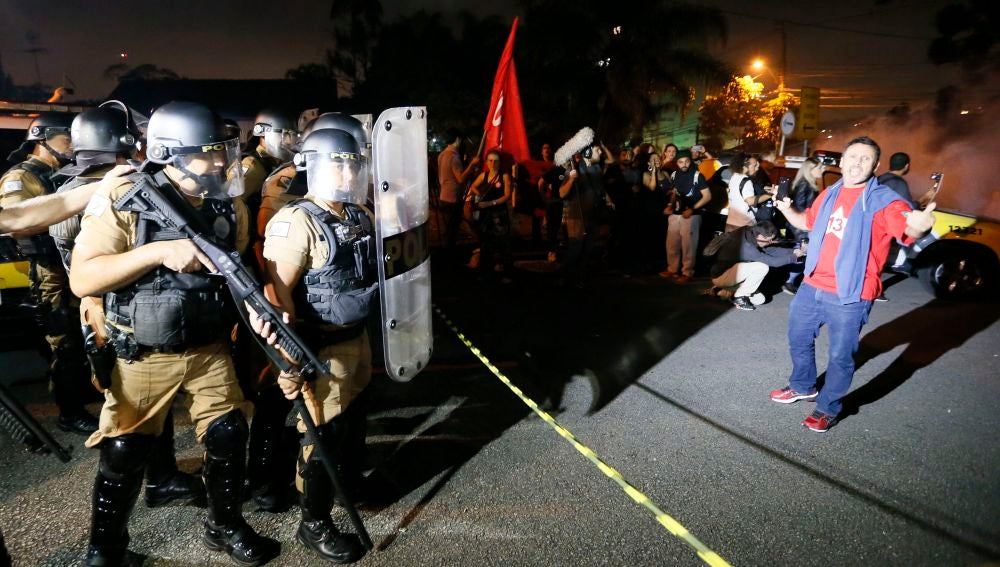 Manifestantes a favor del expresidente brasileño Luiz Inácio Lula da Silva se concentran frente a la sede de la Policía Federal