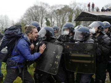 Gendarmes franceses evacuan un campamento ecologista en Nantes