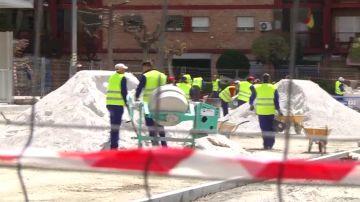 Un vecino graba a treinta y cinco obreros construyendo una mediana