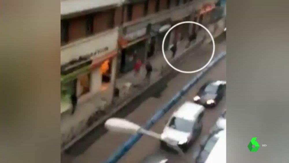 Buscan a los dos hombres que huyen en este vídeo tras asesinar a tiros a otro hombre en Chamberí
