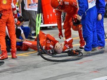 El mécanico de Ferrari tras ser atropellado por Raikkonen en Baréin